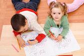Twee kinderen kleuren op de verdieping — Stockfoto