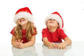 两个孩子在圣诞节的时候很开心 — 图库照片