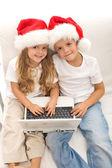 Děti s notebookem objednávání vánoční dárky — Stock fotografie