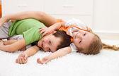 Счастливые дети, борьба в их комнате — Стоковое фото