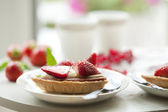 Tea and strawberry tart — Stock Photo
