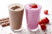 Schokolade und erdbeer-milchshake — Stockfoto