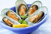 Fresh mussels with a slice of lemon — Stock Photo