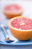 Halved pink grapefruit — Stock Photo