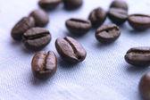 Chicchi di caffè sul panno — Foto Stock
