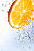 Slice of orange in bubbly drink — Stock Photo