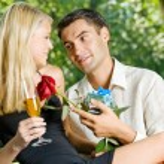 feliz pareja con champagne, regalo y rosa, al aire libre — Foto de Stock
