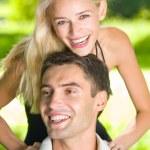 Retrato de exteriores juntos, joven atractiva pareja feliz — Foto de Stock