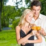 joven pareja feliz celebrando con champán, al aire libre — Foto de Stock