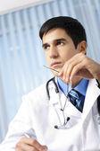 Portrait de l'écriture, médecin au bureau — Photo