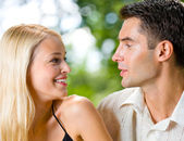 Porträt des jungen glücklich attraktives paar zusammen, im freien — Stockfoto
