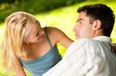 Giovane felice attraente sorridente coppia insieme outdoors — Foto Stock