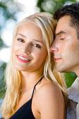 Ritratto di all'aperto insieme, giovane coppia attraente felice — Foto Stock