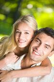 Giovane felice sorridente coppia attraente insieme all'aperto — Foto Stock