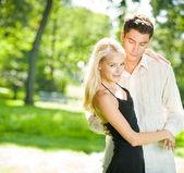 Mladý atraktivní snoubence vyšli, venku — Stock fotografie