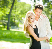 Junge glücklich attraktives paar walking zusammen, im freien — Stockfoto