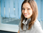 Jeune femme d'affaires réussi souriant heureux — Photo
