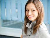 Unga glada leende framgångsrik affärskvinna — Stockfoto