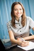 Молодая счастливая улыбающаяся успешная деловая женщина — Стоковое фото