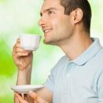 retrato de jovem homem sorridente feliz bebendo café, ao ar livre — Foto Stock