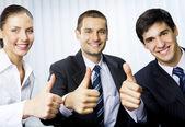 счастливый успешных gesturing бизнесменов в офисе — Стоковое фото