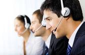 Drie ondersteuning telefoon exploitanten op werkplek — Stockfoto