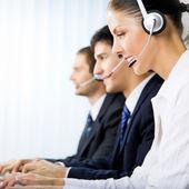 Suporte de três operadoras de telefonia no local de trabalho — Foto Stock