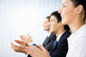 Tre glada klappar företagare på presentationen, möte, se — Stockfoto