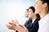 Tres empresarios te aplauden felices en la presentación, reunión, se — Foto de Stock