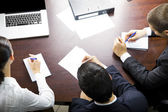 Vue de dessus de trois hommes d'affaires travaillant au bureau — Photo