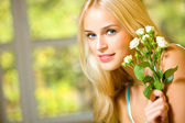 Portrait of young happy smiling woman with bouquet of roses — Stock Photo