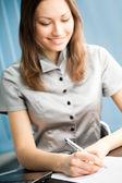 Retrato de la escritura empresaria sonriente feliz trabajando en offic — Foto de Stock