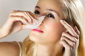 Jeune femme ruisselant des yeux à la maison — Photo