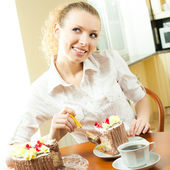 Young woman eating torte at home — Stock Photo