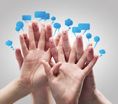 快乐集团的手指表情与社会聊天标志和语音泡沫. — 图库照片