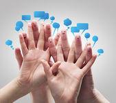 Parmak suratlar sosyal sohbet işareti ve konuşma balonları ile mutlu grup. — Stok fotoğraf