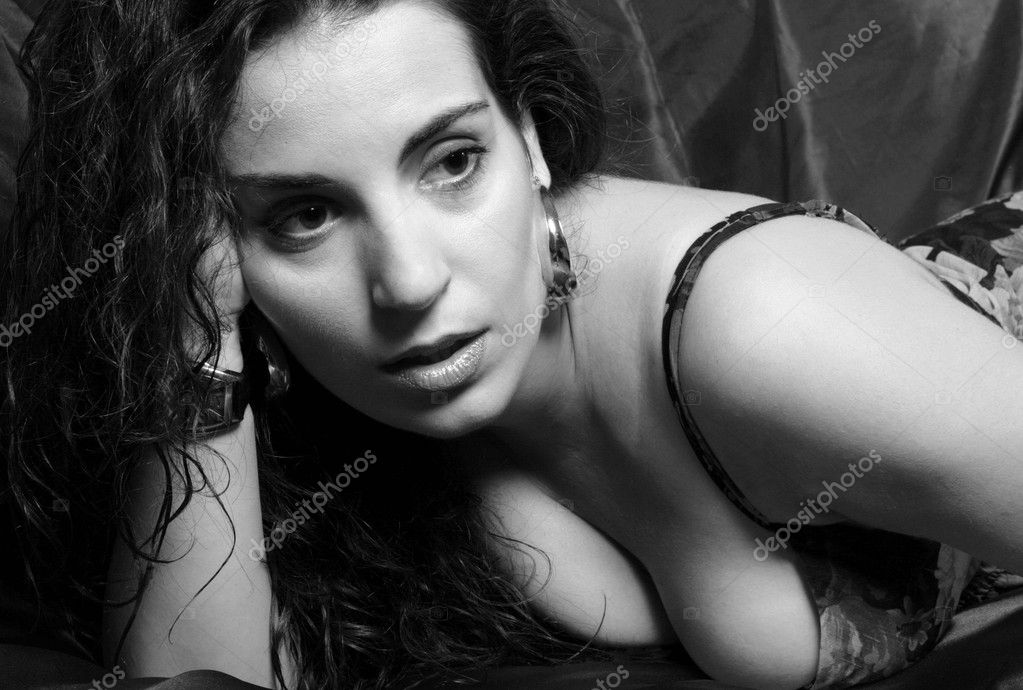 Girl with big cleavage, lying on his chest and looking away, black and white sensual black and white photos — Stock Photo #6644870