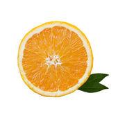 Ломтик апельсина с зелеными листьями изолированных — Стоковое фото