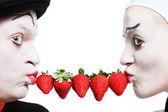 Casal de mims com o morango em um fundo branco — Fotografia Stock