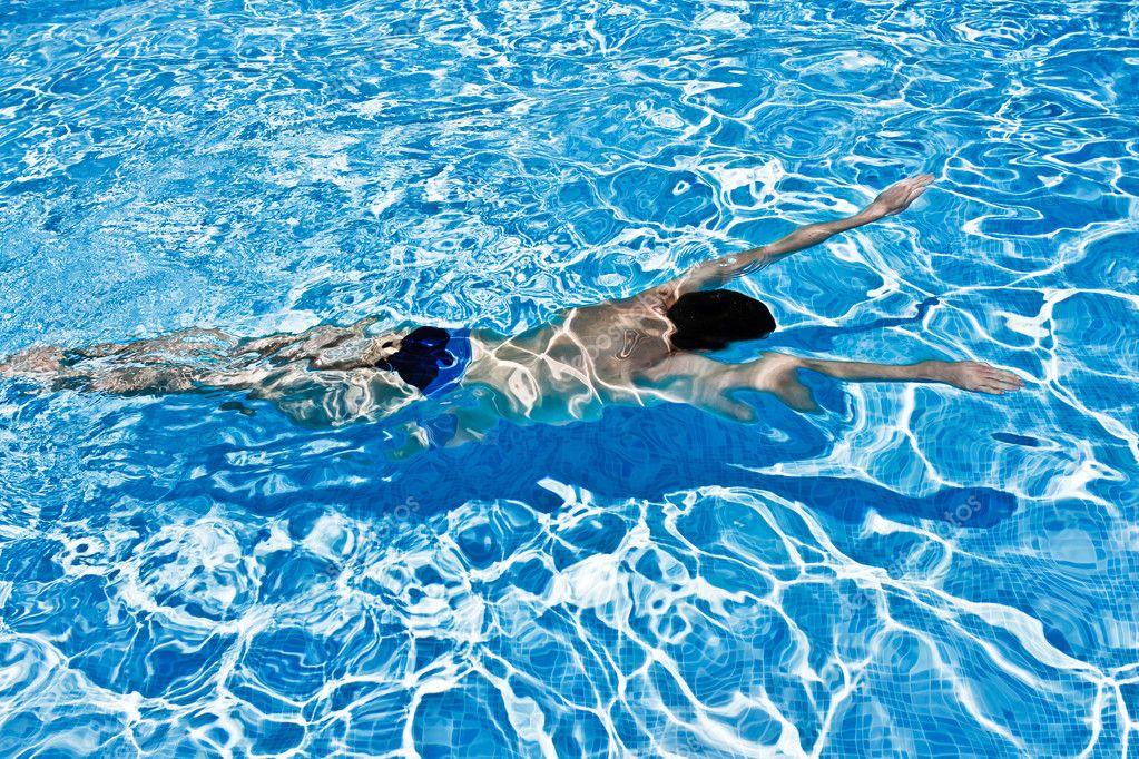 Hombre Nadando Bajo El Agua En Piscina Fotos De Stock Sergiy Chmara 6369566