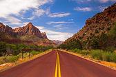Carretera vacía en sión — Foto de Stock