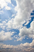 De stora vita moln i den mörkblå himlen — Stockfoto