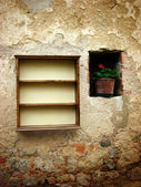Wall, alcove, vase and bookcase — Stock Photo