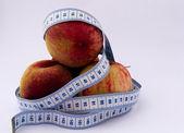 Peaches and tape measure — Foto de Stock