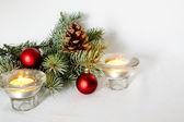 圣诞背景的小玩意、 蜡烛与松树枝. — 图库照片