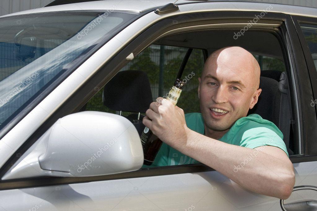 在车里的酒精饮料和驱动器男人– 图库图片