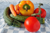 Masa örtüsü üzerinde çiğ sebze — Stok fotoğraf