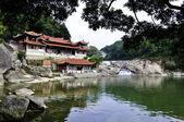 Een boeddhistische tempel met uitzicht op rivier zwembad — Stockfoto