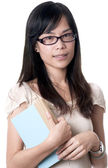 Mujer asiática sosteniendo un libro — Foto de Stock