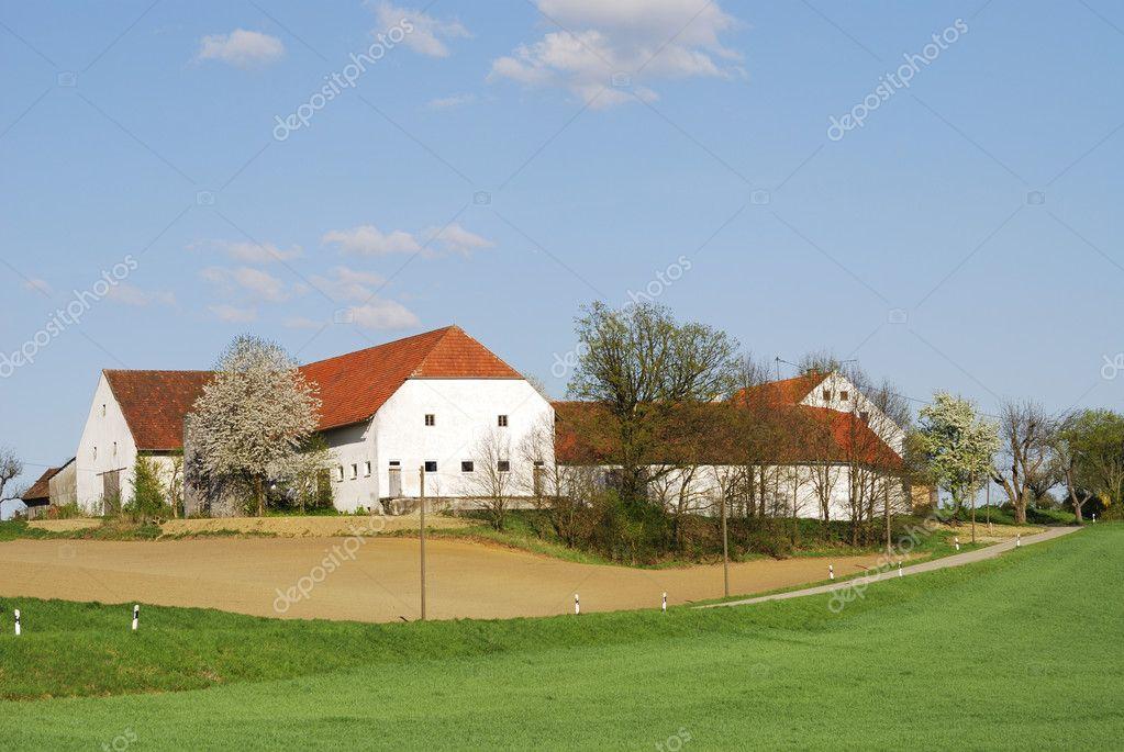 孤独的农场房子